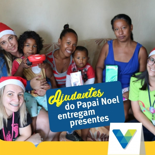 Ajudantes do Papai Noel entregam cartinhas e presentes de Natal